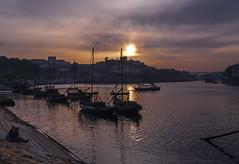 Momentos especiales... Porto. Oporto. (RosanaCalvo) Tags: atardecer douro oporto porto portugal barcos ciudad nubes personas puestadesol reflejos rio siluetas