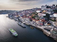 Oporto. Portugal. (RosanaCalvo) Tags: atardecer douro oporto portugal agua alto barcazas barcos ciudad edificios gente paisaje rio vista