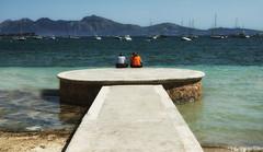 Conversando (candi...) Tags: playa mar mujeres conversación montaña paisaje agua pasarela sonya77 airelibre