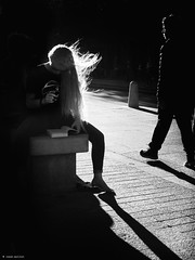Reading for everyone (René Mollet) Tags: reading read silhouette shadow shadowland renémollet woman street streetphotography blackandwhite monchrom