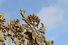 IMG_2788 (valentinperrier) Tags: chateaudeversailles versailles or portail couronne
