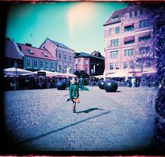Porträtt på Lilla Torg (Holga 120 SF) (mmartinsson) Tags: lillatorg square lomography 2017 holga120sf mediumformat negativescan lomochromepurple analoguephotography epsonperfectionv700 film 120mm holga portrait malmö skånelän sverige se