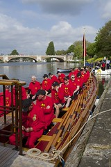 TP37 (EmmaDurnford) Tags: tudorpull 2017 hamptoncourtplace molesey teddington riverthames watermen annual rowing event palaces stela watermanscompany gloriana thamestraditionalrowingcompany flags pennants royalarms henryv111 king tudors livery boats vessels teams