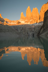 Las Torres (Gustavo Almeida Couto de Andrade) Tags: towers torres torresdelpaine lastorres chile patagonia patagônia nature landscape sunrise paisagem paisagens landscapes sun light orange morning laguna lake lago sky blue ice rock rocks hiking trekking caminhada montanhismo mountain mountains montanhas mountaineering dawn dawning