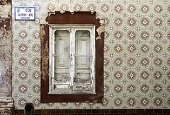 Decadencia (John LaMotte) Tags: fachada fenêtre ventana window janela infinitexposure ilustrarportugal azulejos tiles deterioro decayed decadencia olhão algarve
