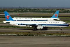 China Southern Airlines   Airbus A321-200   B-6579   Shanghai Pudong (Dennis HKG) Tags: chinasouthern chinasouthernairlines csn cz airbus a321 airbusa321 aircraft airplane airport plane planespotting shanghai pudong zspd pvg b6579 skyteam canon 7d 100400