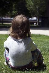 El Retiro. Madrid. (Lore Love R.M) Tags: elretiro césped madrid sobrina espalda sol jugar color parque sentada bebé