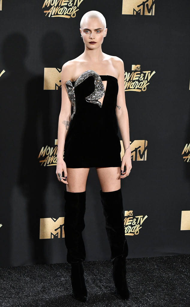 Thảm đỏ MTV Movie & TV Awards: Cara khoe đầu trọc, các sao tạo dáng khó khăn vì mưa đá - Ảnh 1.
