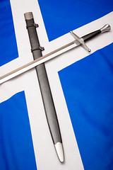Scotland the Brave (p.scharnowski) Tags: sword schwert waffe bastard eineinhalbhänder scabbard schwertscheide schottland scottland hanwei kriegsschwert weapon flag flagge