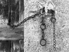 Val Borbera - loc Sorli - particolare vecchia porta (Valde65) Tags: bw biancoenero noiretblanc bnwplanet bnwitalian bnw countryhouses houses old rusty catene croce borbera piemonte campagna country porte doors olddoors sorli valborbera