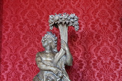 IMG_2615 (valentinperrier) Tags: chateaudeversailles versailles statue rouge tapisserie