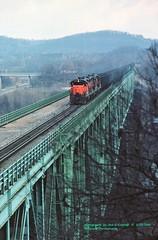 BLE 847 Oakmont, PA. 3-20-1985 (jackdk) Tags: train railroad railway ore oretrain taconite ble bessemer bessemerandlakeerie river trestle bridge alleghenyriver
