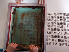 Druck Dein eigenes Muster - unser Musterdruckkurs ('smil) Tags: printing pattern allover screenprint diy textiledesign workshop repeat rapportdruck siebdruck siebdruckkurs