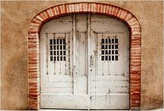white door (atsjebosma) Tags: doors deuren muur windows raampjes ddd tdd atsjebosma albi lafrance frankrijk march maart 2017