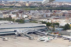 Take off at VLC Valencia Airport Spain (roli_b) Tags: take off vlc valencia airport aeropuerto aeroport spain españa spanien aircraft plane jet flugzeug flieger avion aereo aviacao transavia ryanair gate buidling april 2017 aerial view