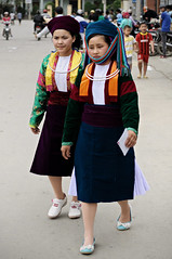 Young women with traditional clothing at Mèo Vạc ethnic market - Hà Giang Province - Vietnam (PascalBo) Tags: nikon d300 asia asie southeastasia asiedusudest vietnam viêtnam việtnam vietnamese hàgiang hagiang mèovạc meovac market marché people woman femme hilltribe ethnicgroup ethnie ethnic ethnicity minority headdress headwear indigenous costume outdoor outdoors pascalboegli