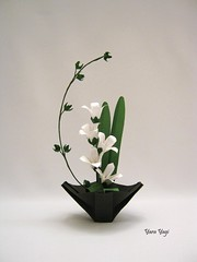 And I'm still trying to find balance... (Yara Yagi) Tags: origami paper papel flor flower ikebana