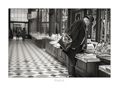 Paris n°155 - A Book Lovers Paradise (Nico Geerlings) Tags: passage galerie books livres paris parijs france passagejouffroy ngimages nicogeerlings nicogeerlingsphotography leicammonochrom blackandwhite 50mm summilux