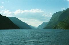 Bergen - Fjord (HO PE) Tags: film pellicola analog analogica ricoh ricohkr5super ultramax kodak kodakultramax bergen norway norvegia fiordi fjords fjord sea mare boat barca boy ragazzo cascata waterfall sun sole
