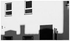 Rüttenscheid in the morning sun (frankdorgathen) Tags: minimalistisch minimalistic minimalism emptiness empty streetphotography street morning daylight sunbeam sun light blackandwhite monochrome shadow window house building