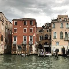 Campiello Remer — совершенно сказочный бухательный дворик позади Fiaschetteria Toscana и церкви Златоуста #Венеция #Venezia #Venice #