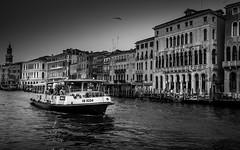 Venice at Dusk (macrobernd) Tags: vendig venice italien italy canale grande wasser kanal channel veneto lagune bw monochrom monochrome sw boot people street