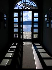 Hinaus zum See - Blick aus dem Rathaus von Bodman-Ludwigshafen (wulfwalker) Tags: see lake bodensee tür bodman licht schatten bodmanludwigshafen