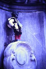 Slide 097-32 (Steve Guess) Tags: brussels bruxelles brüssel brussel брюссель belgium belgique belgien belgië бельгия sculpture boy peeing urinating