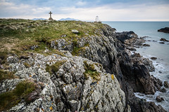 Tŵr Mawr Lighthouse, Anglesey, Wales. (Marie-Laure Even) Tags: 2017 anglesey april avril cliff cloud coast croix cross cymru côte europe falaise faro fjall gallois galloise landscape lighthouse marielaureeven mer montagne mountain nature newboroughwarrennationalnaturereserve nikond7100 nord northern nuage ocean paysdegalles paysage peninsula phare printemps rock royaumeuni sea snowdonia spring travel tŵrmawrlighthouse uk unitedkingdom viti voyage wales welsh wild wilderness гора природа маяк