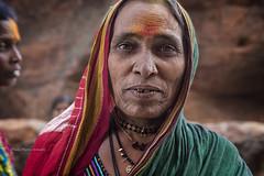 BADAMI : PORTRAIT INDIEN AU TEMPLE DES GROTTES SCULPTÉES (pierre.arnoldi) Tags: inde india pierrearnoldi karnataka badami portraitdefemme grottessculptées photoderue photooriginale photocouleur photodevoyage