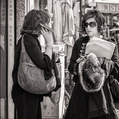telephone conversation (Gerard Koopen) Tags: italië italy rome city capital street straatfotografie streetphotography bw blackandwhite woman sunglasses expression conversation telephone mobile candid waiting bag 2017 gerardkoopen