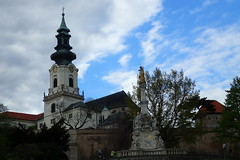 Tour et fontaine (8pl) Tags: statue fontaine clocher église nuages arbres mur passants nitra château slovaquie historique vieilleville horloge