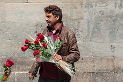Rose Man, Sant Jordi's Day, Barcelona (Geraint Rowland Photography) Tags: roses flowers rose love romance vendor streetseller roseman saintjordiday valentinesday couples barcelona spain europe streetportrait candid streetphotographyinbarcelona red geraintrowlandphotography geraintrowlandstreetphotography