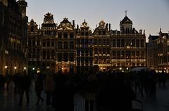 Grand Place Bruselas anocheciendo (anvaliri) Tags: bruselas brussels bélgica belgium canon 1585 ciudad city europa europe calle street grandplace atardecer anochecer night