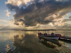 L' Albufera. València. (lolmost) Tags: agua verano barca atardecer gente albufera valència sol embarcadero nubes