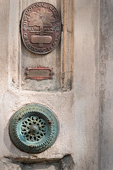 push to ring (doddsjzi) Tags: pushtoring mechanicaldoorbell verdigris medallion nationalregistryofhistoricplaces charlestonsc