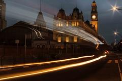 Prédio da Estação da Luz, centro de São Paulo (Luiz Leite7) Tags: brilho luz vermelho portas calçada prédios pessoas ruas grades escadas teto concreto noite sacada letras vidros vidraças edificios estatuas varanda linhas sãopaulo brasil