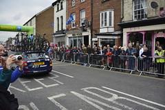 Tour De Yorkshire Stage 2 (704) (rs1979) Tags: tourdeyorkshire yorkshire cyclerace cycling teamcar teamcars tourdeyorkshire2017 tourdeyorkshire2017stage2 stage2 knaresborough harrogate nidderdale niddgorge northyorkshire highstreet