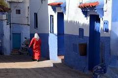The woman in red - La femme en rouge (Olivier Simard Photographie) Tags: maroc morocco chefchaouen chefchaouèn rif massifdurif médina medina bleu blue azul achawen chaouen الشاون‎ شفشاون ⵜⵛⴻⴼⵜⵛⴰⵡⴻⵏ lumière light soleil matin morning marocaine rifmountain sebbanine afriquedunord maghreb berbère berber alley burnous traditionalclothing redhead intangibleculturalheritageofhumanitybyunesco bluerinsed andalusian ruelle vêtementtraditionnel patrimoineculturelimmatérieldel'humanitédelunesco andalou africa northafrica femme djellaba foulard woman scarf sun candidshot ombreetlumière shadowandlignt abaya red caftan embroidery scarlet streetscene takenfromlife street rouge broderie écarlate scènederue prisesurlevif rue felmmeenrouge womaninred