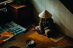 _DSC4905 (Tiến Long) Tags: street life streetlife black blackandwhite white dalat đà lạt vietnam việt nam old market streetseller seller work
