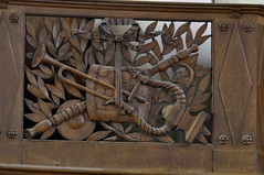 Wormhout, Flandre, église-St.-Martin, organ gallery rail, detail (groenling) Tags: wormhout flandre nord hautsdefrance france fr églisestmartin organgallery tribune gardecorps balconyrail balkon wood carving woodcarving hout snijwerk houtsnijwerk bois boiserie ajour openwork mmiia drum trom tambour bugle clairon cymbal cimbel cymbale lyre lier oboe hobo hautbois