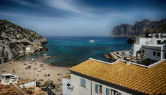 Cala Sant Vicenç (candi...) Tags: calasantvicenç cala playa mar agua montaña casas personas baño cielo nubes airelibre sonya77 arena naturaleza nature