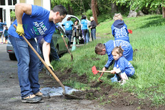 Helpers edge the path to the Carriage House (Jay Heritage Center) Tags: ilovemyparkday2017 ryenewyork jayheritagecenter ilovemyparkday