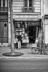 La librairie (Mathieu HENON) Tags: leica m240 noctilux 50mm monochrome blackwhite noirblanc france paris rue caulaincourt librairie