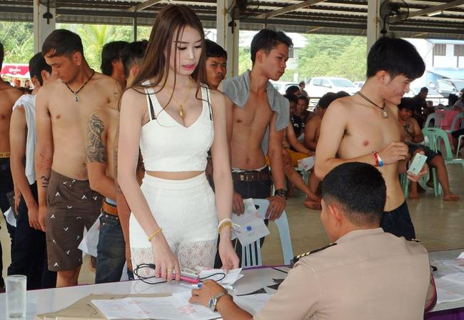 Vẻ đẹp khó cưỡng của những bóng hồng chuyển giới trong đợt tuyển nghĩa vụ quân sự Thái Lan - Ảnh 9.