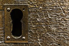 El ojo de la cerradura (Ignacio M. Jiménez) Tags: cerradura ojo keyhole lock texturas textures marron brown puerta door madera wood hierro iron metal macromondays eyes ignaciomjiménez granada andalucia andalusia españa spain