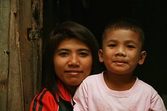 mother and son (the foreign photographer - ฝรั่งถ่) Tags: mother son doorway khlong thanon portraits bangkhen bangkok thailand canon kiss