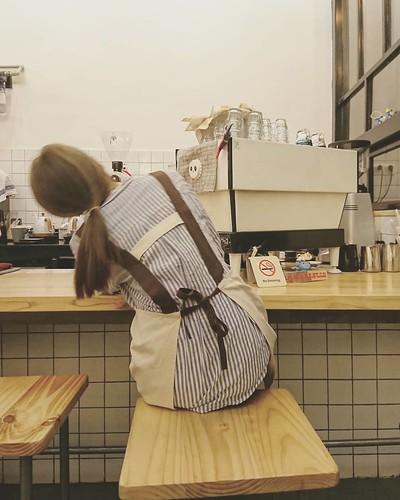 世人都愛【假】的美好.  【真】祗不過細個口頭願景罷. 不然停留嚮原始社會夠嘞... #cafegirl #citylife #cafe #coffeetime #coffee☕️ #lamarzocco #cafe☕ #café #coffe #coffee #coffeshop #cafeshop #canton #life #city #girl #lady #signlesscafe #無牌咖啡 #廣州 #広州 #咖啡 #咖啡廳 #☕