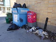 DSC06103 (olivier_martineau) Tags: montréal montreal plateau montroyal rue sthubert 375e poubelle saleté malpropre trottoir 375
