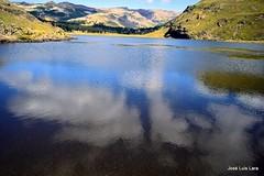 Reflejándose en la Laguna Hualcupén (pepelara56) Tags: reflejos nubes clouds montañas montaña laguna agua